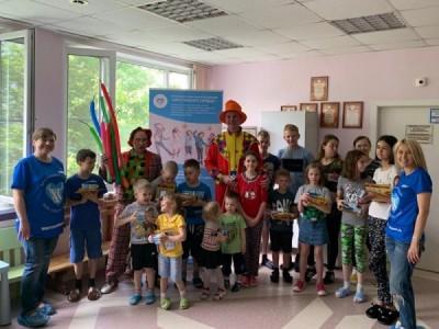 Клоуны-волонтёры «Хрустального сердца» подняли настроение юным пациентам кардиологического центра перед Днём защиты детей