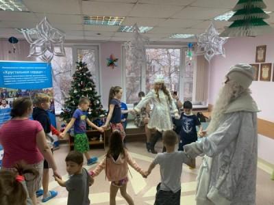 Волонтёры «Хрустального сердца» с Дедом Морозом и Снегурочкой пришли к пациентам детского кардиологического отделения, чтобы  поднять им настроение
